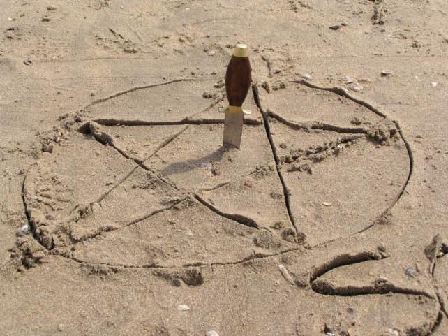 Pentagram in het zand van Zandvoort